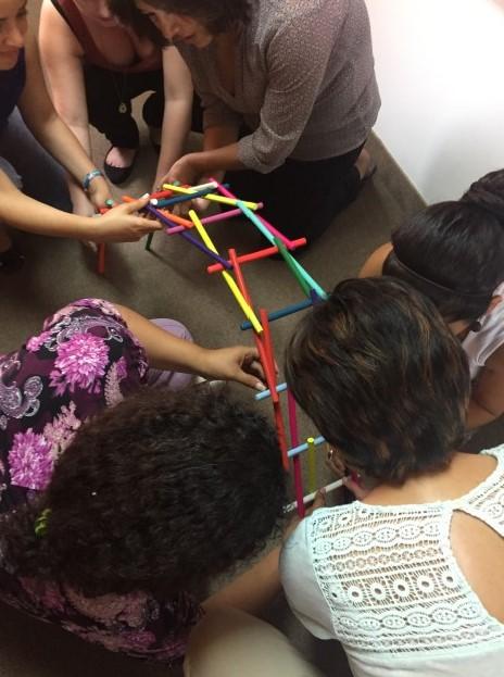 Alba Patricia realizando un taller